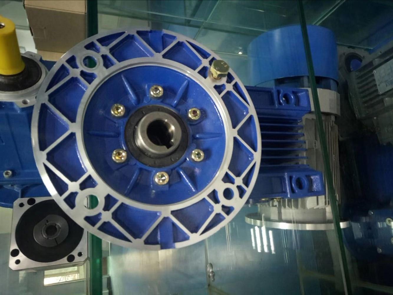 带式输送机RV040减速机旋转轴唇形密封圈的应用。某煤矿带式输送机系统共有驱动蜗轮蜗杆减速机三台,均使用工业齿轮油,且润滑油更换周期为年。夏季系统重载运行时,转运站的环境温度达30-40,RV减速机高速输入端表面温度可接近80摄氏度。自某次大修以来,这几台设备高速端油封多次出现非正常漏油,夏季高温条件下情况尤为严重。对这三台蜗轮蜗杆减速箱解体发现,油封唇口和轴表面以及轴承内外圈和保持架部位均积有大量油泥和油垢,同时润滑油泡沫化严重;由于油封更换工作投入的工作量大、工期长,因此严重影响了带式输送机系统的安全